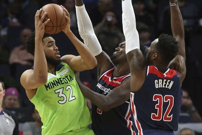 灰狼唐斯(左)受到嚴防仍拿下40分16籃板,灰狼也在延長賽中擊敗巫師。(美聯社)