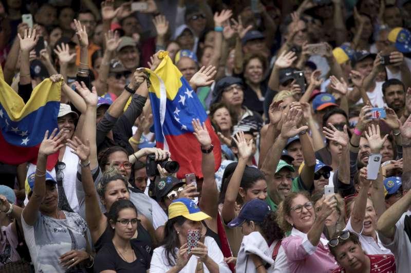 委內瑞拉危機:臨時總統瓜伊多支持者上街示威(AP)