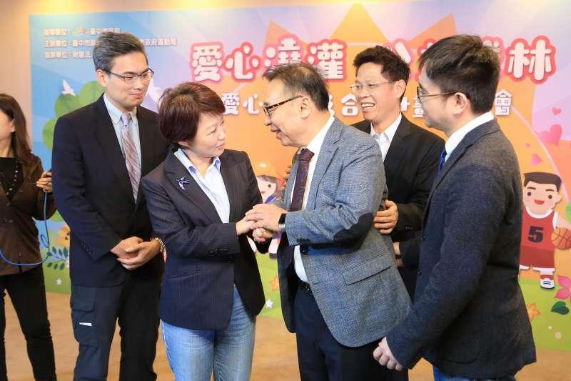 台中市長盧秀燕感謝公益傳播基金會董事長歐陽明熱心公益。(圖/臺中市政府提供)
