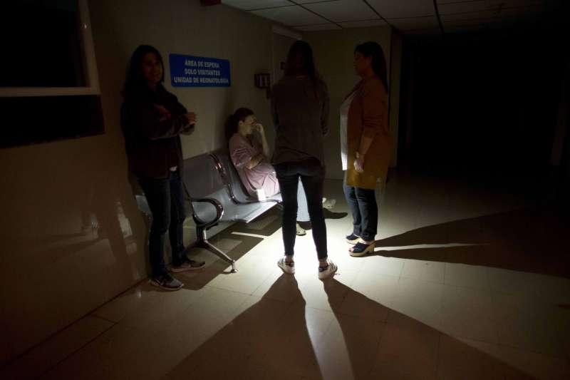 2019年3月7日,委內瑞拉首都卡拉卡斯的一家醫院內,焦慮的母親在停電的醫院中等待。(美聯社)