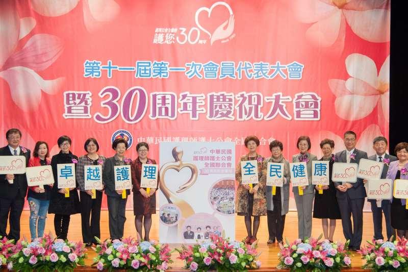 中華民國護理師護士公會全國聯合會30周年慶祝大會監事長與歷任理事長、院長、部長、立委合照(圖/中華民國護理師護士公會全國聯合會)
