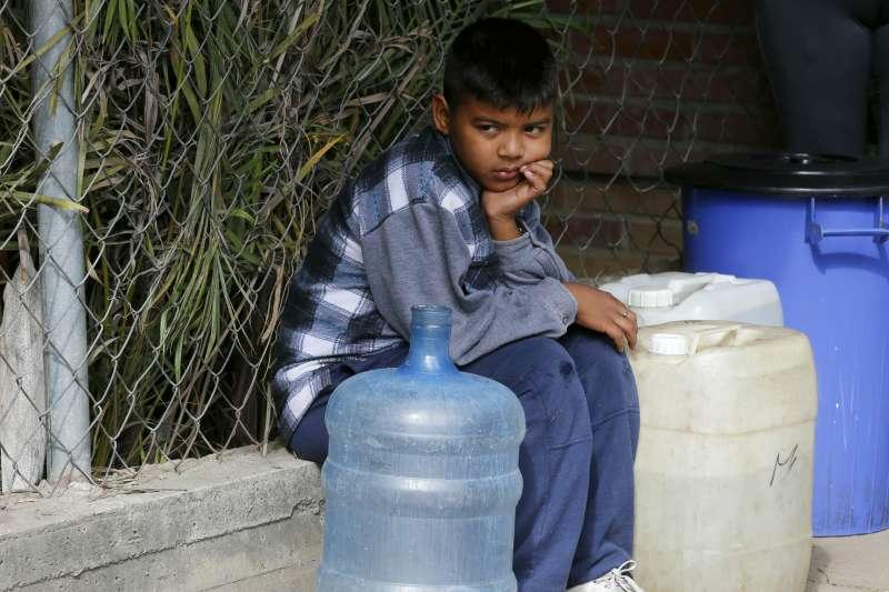 2019年3月,委內瑞拉全國大停電,人民連飲水供應都大受影響(AP)