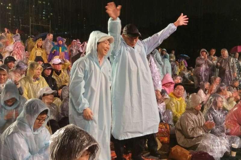 高雄市長韓國瑜夫婦12日冒雨出席「高雄春天藝術節」,卻挨批作秀。(高雄市政府提供)