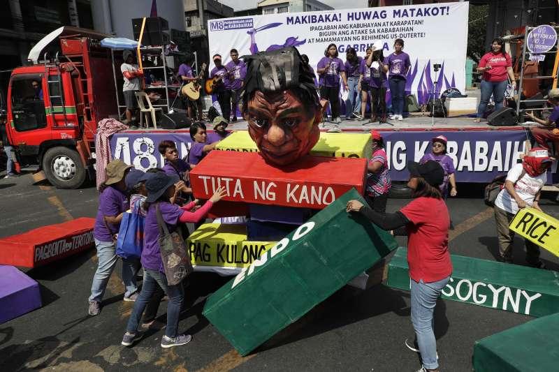菲律賓女權團體在2019年國際婦女節當天遊行,製作杜特蒂人偶抗議他的性別歧視言行(AP)