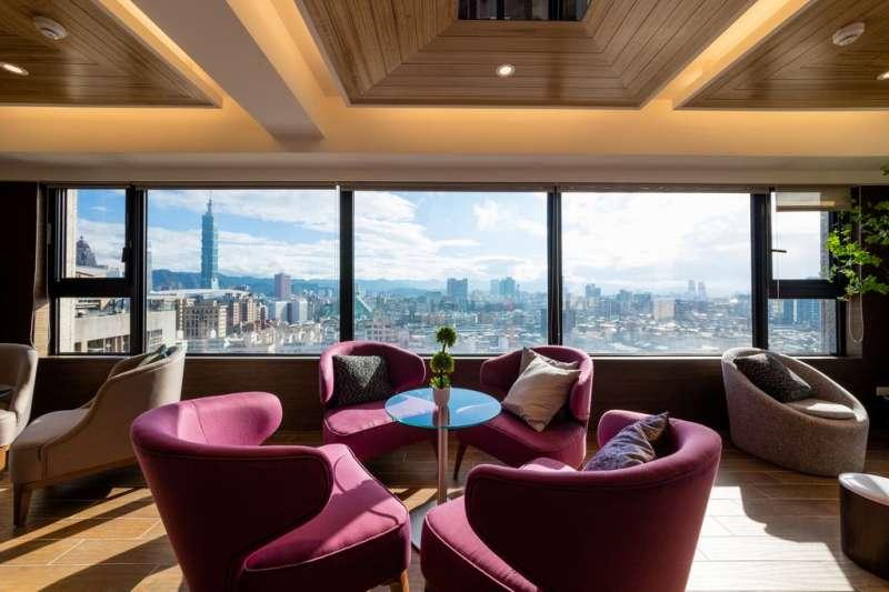 擁有270度環景的SKY Lounge Bar,在這綴飲一口好茶,享受台北市中心的景觀。(圖/松菸墨香提供)