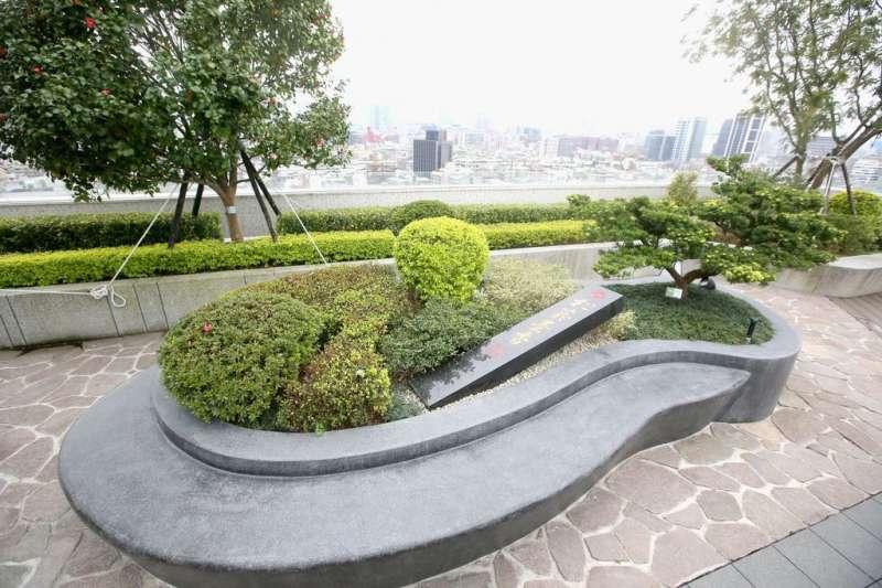 頂樓景觀由解子建大師,以硯台及墨條的概念元素而設計。(圖/柯承惠攝)