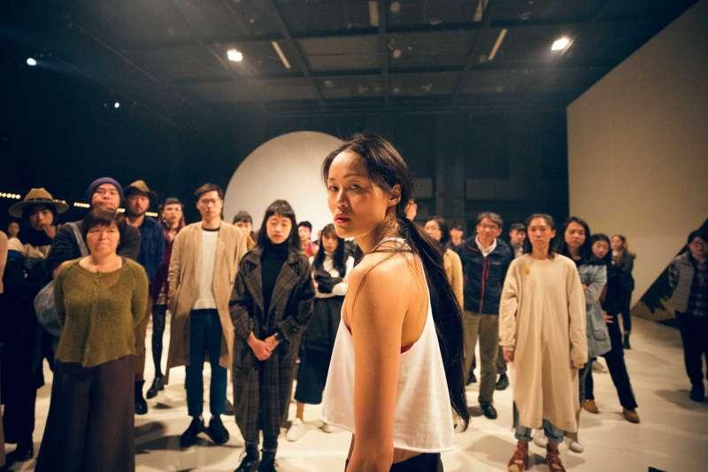舞蹈家李貞葳《不要臉》描述的就是現代人通過經營社群網站來獲得更多認同,建立潛在意識與人際關係的自我滿足,大家似乎忘了真實的自己。(林政億攝,作者提供)