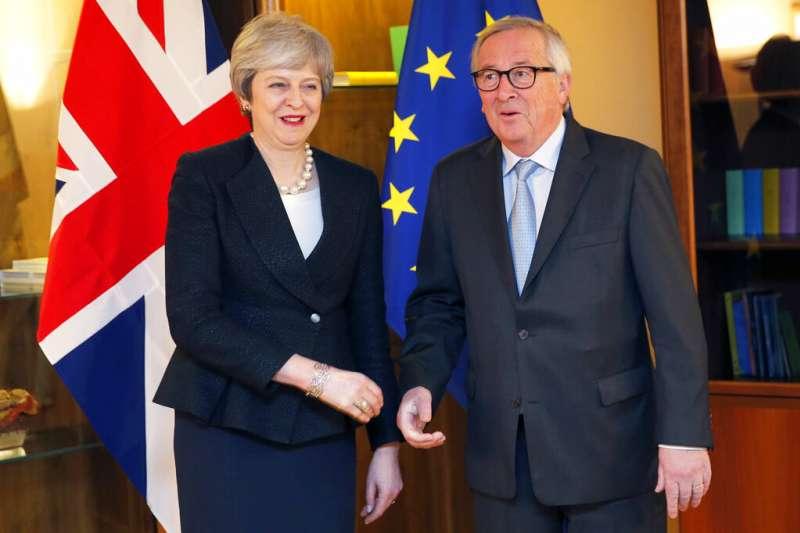 英國首相梅伊(左)與歐盟執委會主席容克(右)11日達成協議(美聯社)