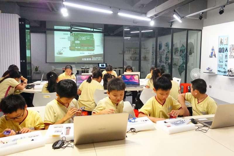 新北市青少年圖書館「創新學習中心」特別針對時下最夯的主題,從3月份開始推出一系列學習課程,還有遊戲機開箱活動,讓青少年朋友透過活潑、多元方式,掌握最新流行的數位潮流。 (圖/新北市立圖書館提供)