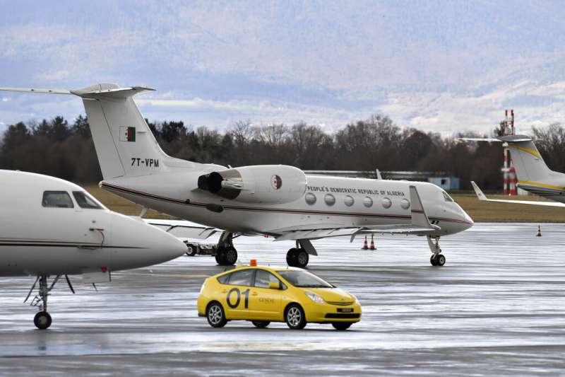 阿爾及利亞總統布特佛利卡的專機10日在日內瓦準備起飛返國。(美聯社)