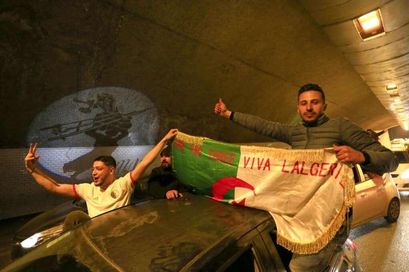 阿爾及利亞布特佛利卡決定不再競選連任後,首都阿爾及爾的民眾開始狂歡。(美聯社)