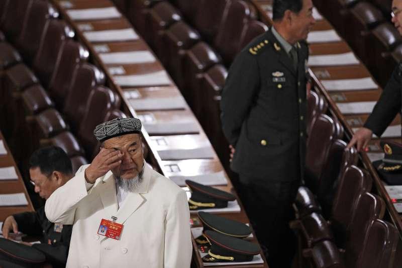 中國兩會新疆代表團的維吾爾成員,後方為解放軍代表團成員(AP)