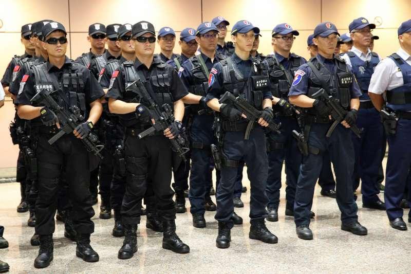 2017年世大運期間,航警局霹靂小組(右半邊)與憲兵特勤隊(左半部)共同執勤的畫面。航警局霹靂小組手持的即是衝鋒槍。(資料照,取自航警局臉書)