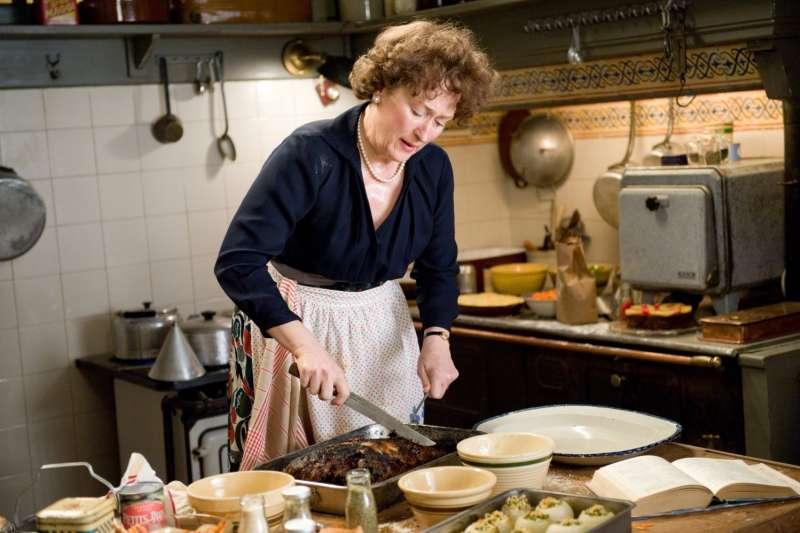 劇組裡的食物設計師除了準備食物、管理食物外貌,還需配合演員的各式需求,常要臨機應變,像魔術師一樣用各種稀奇古怪的材料變出一桌菜。(圖/電影劇照,影製所提供)