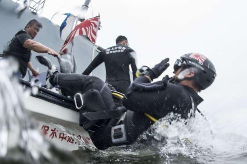 日本海上自衛隊員在2016年印度、日本和美國聯合海上演習期間跳入水中。(美國國防部)