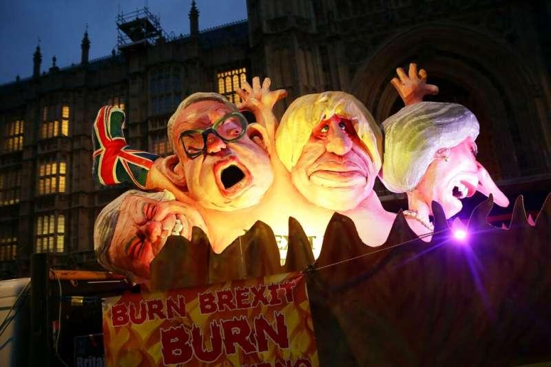 英國跟歐盟究竟該怎麼走下去?脫歐派政客在反脫歐的民眾眼中已成了一群小丑。(美聯社)