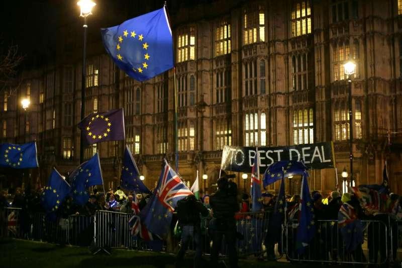 反脫歐的英國民眾在下議院外持續示威。(美聯社)