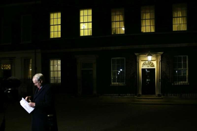 唐寧街10號徹夜未眠,希望為英國找到一條脫歐之路。可惜至今無果。(美聯社)