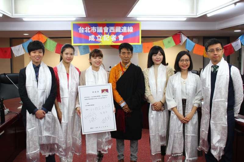 台北市議會西藏連線成立,有14位跨黨派議員加入,由時代力量林穎孟(左三)擔任召集人。(台北市議會時代力量黨團提供)