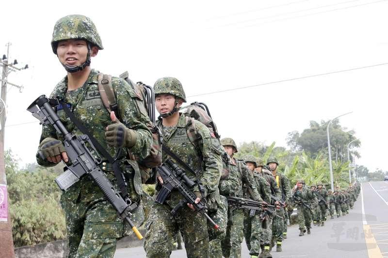 陸軍特戰指揮部特4營13日展開為期20天、總距離500公里的「濱海城鎮要地行軍訓練」。(取自軍聞社)