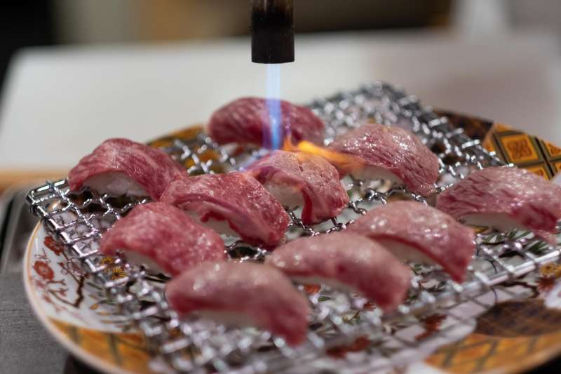 大阪「幻之和牛」,從血統品種到肉質、油花等口感的層層要求與把關,才能成為達到超越A5等級的指標美食。(圖/鱷魚哥)
