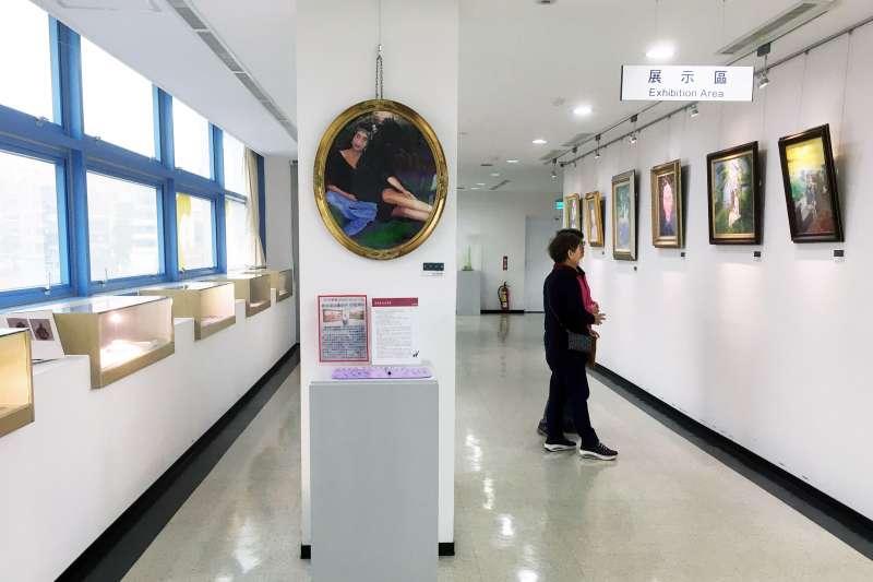 新北市立圖書館淡水分館日前將5樓打造成社區共享的創作展覽空間,除免費提供當地居民使用,也歡迎民眾自辦展覽,或分享自己收藏的珍物,讓圖書館成為多功能的藝文空間 。(圖/新北市立圖書館提供)