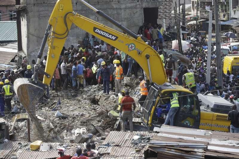 奈及利亞學校倒塌,挖土機清理瓦礫。(AP)