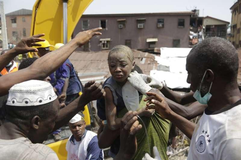 奈及利亞學校倒塌,拯救出生還兒童。(AP)