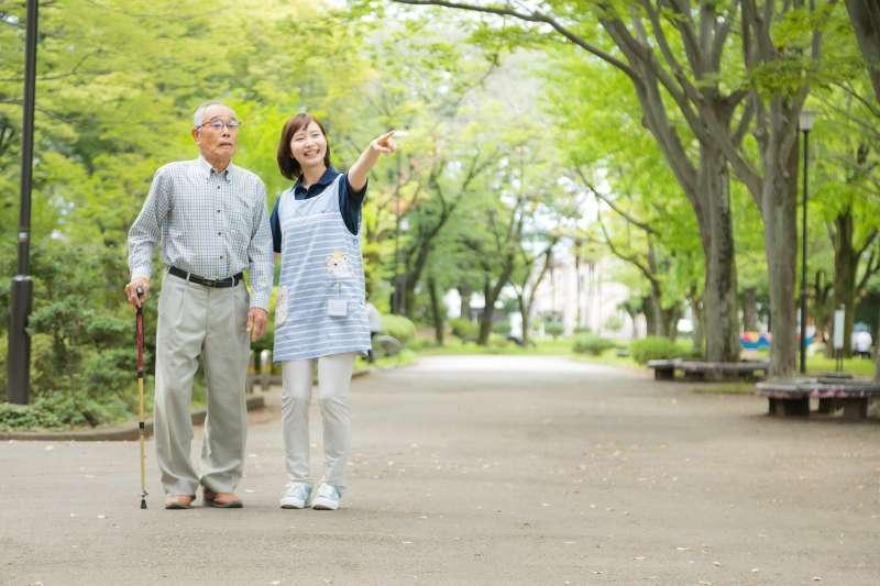 多數帕金森氏症患者在50歲以後發作,平均年齡是60歲,男性比女性患病的機會稍高了一點。(圖/取自Pakutaso)