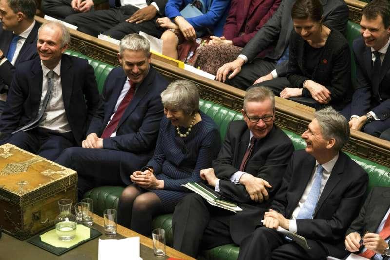 英國首相梅伊在下議院。(美聯社)