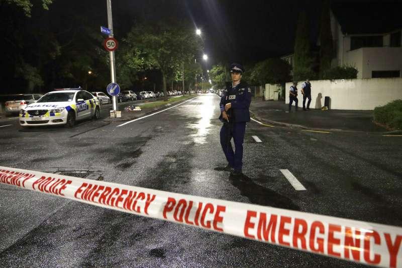 基督城清真寺大屠殺當晚,紐西蘭警方在現場拉起封鎖線。(美聯社)