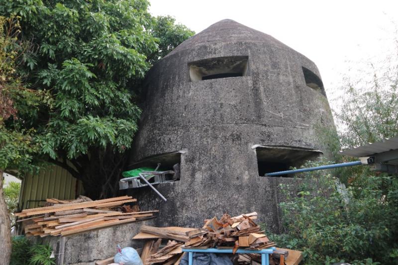 高雄彌陀的一座日軍防空塔,曾流傳埋藏黃金的傳說。(圖/想想論壇)