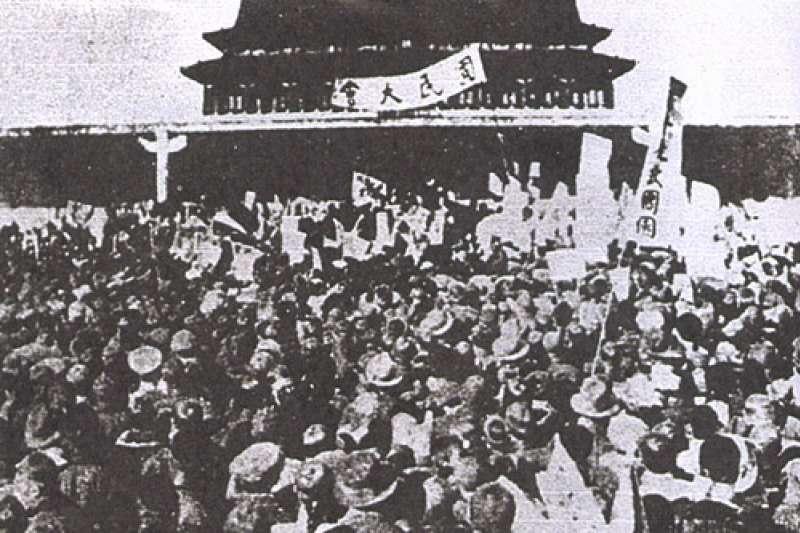五四運動,抗議者於北京示威。(取自維基百科)
