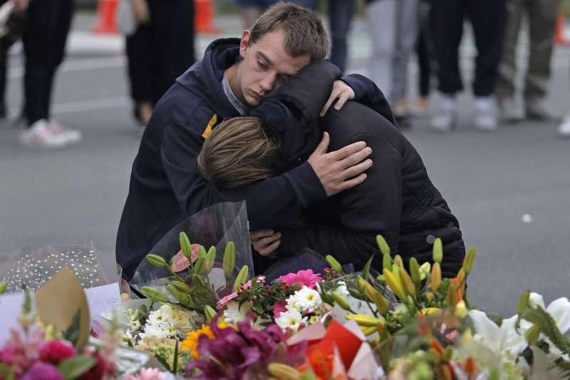 3月16日,紐西蘭民眾在基督城努爾大清真寺附近哀悼15日槍擊案罹難者(美聯社)