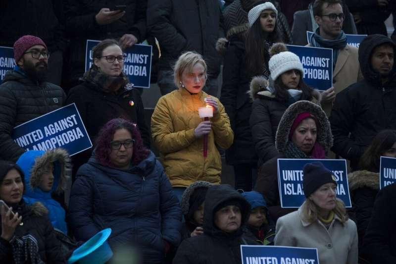 3月15日當天,大批加拿大民眾上街為紐西蘭槍擊案受害者祈福。(美聯社)