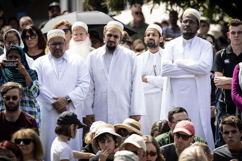 基督城槍擊案隔日,數名奧克蘭穆斯林也現身奧蒂亞廣場(Aotea Square)為受難者哀悼。(美聯社)