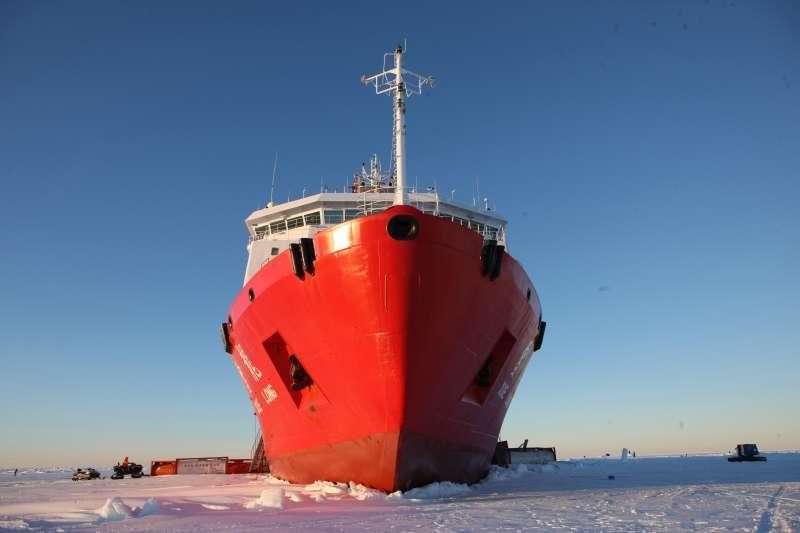 「雪龍號」在南極中山站附近陸緣冰區(新華社)