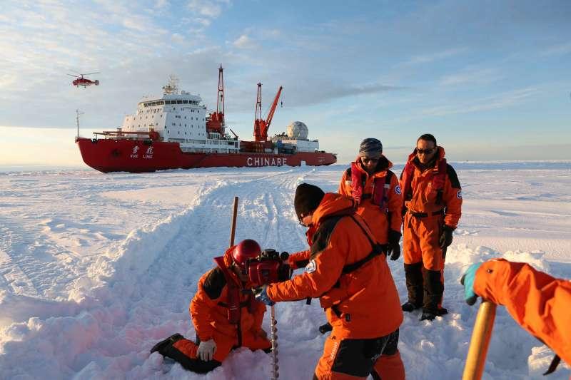 「雪龍號」在南極中山站附近陸緣冰區探路卸貨(新華社)