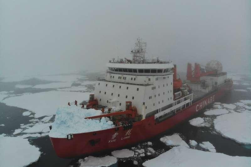 在阿蒙森海與冰山發生碰撞後的「雪龍號」(新華社)