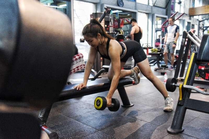 趙曉宇在健身房內鍛煉。(新華社)