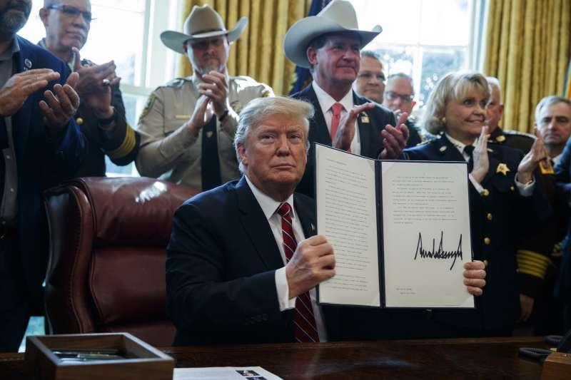 2019年3月15日,美國總統川普首度動用否決權,否決了國會14日通過的反對他為修建美墨邊界隔離牆撥款而宣布「國家緊急狀態」的決議。(AP)