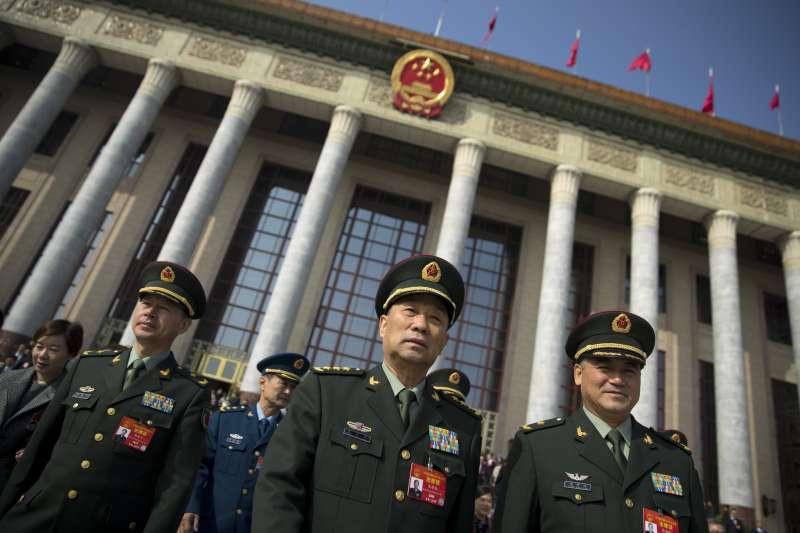 美國2020年度國防預算有7180億美ˋ元用來反制中國軍事崛起,圖為出席2019年中國兩會的解放軍代表團成員(AP)