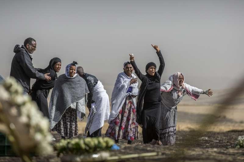 衣索比亞航空空難,機上157人無一生還,罹難者家屬抵達失事現場傷心不已。(AP)