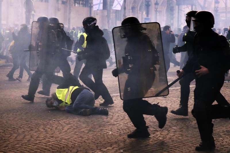 2019年3月16日,法國「黃背心運動」第18個抗議周末,暴力再度肆虐巴黎香榭麗舍大道(AP)