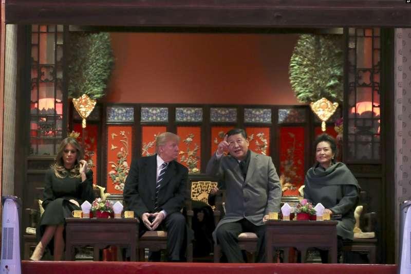 2017年11月8日,美國總統川普和第一夫人梅蘭妮亞與中國國家主席習近平與夫人彭麗媛在北京故宮觀看京劇。 (AP)