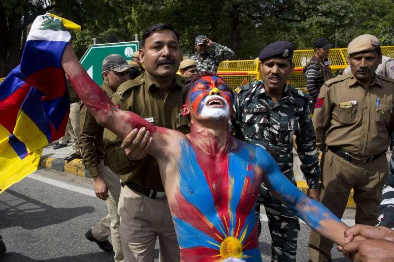 西藏精神領袖達賴喇嘛流亡60周年,國際對西藏議題的關注減少,圖為流亡印度的藏人在抗暴60周年當天示威遭警方帶走(AP)