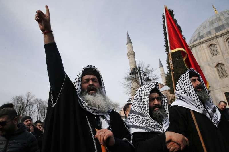 2019年3月16日,土耳其穆斯林在聖索菲亞大教堂前發起遊行,譴責紐西蘭槍擊案的兇手。(美聯社)