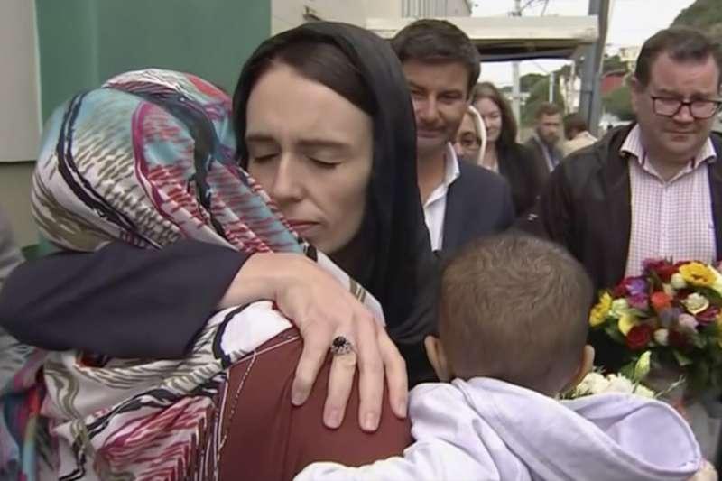 2019年3月16日,紐西蘭總理雅頓慰問恐攻案死傷者家屬。(美聯社)