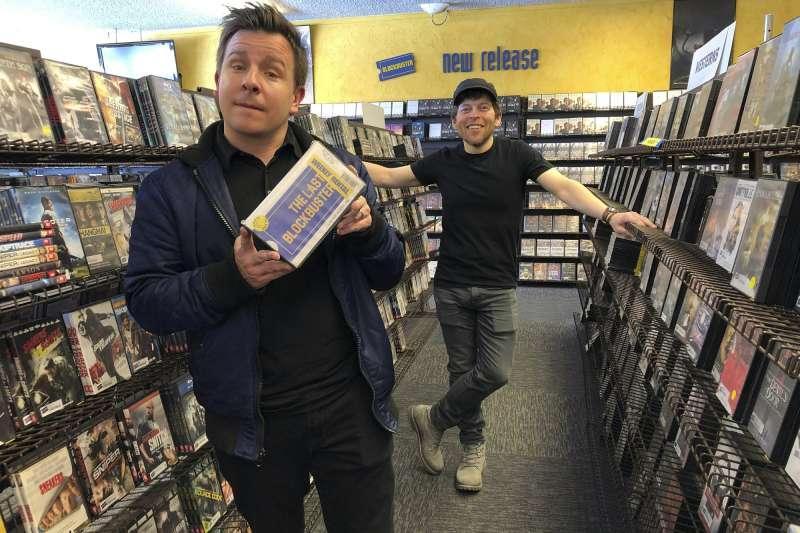 紀錄片製片人泰勒·莫登(左)和澤克·卡姆為俄勒岡州本德的地球上最後的百事達中拍攝紀錄片「最後的百事達」。(AP)