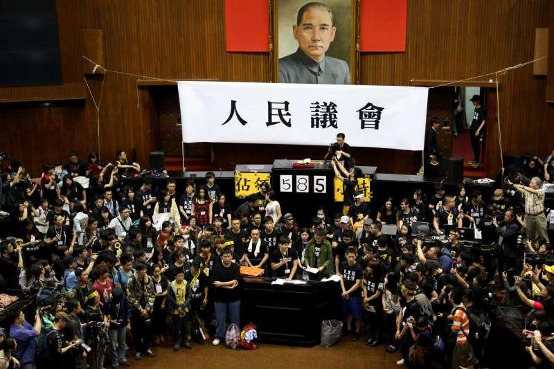 20140410-SMG0019-107-學生佔領立法院最後一天,林飛帆與陳為廷步出議場及立法院。(余志偉攝)